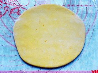 香煎南瓜小馒头,取出发酵好的面团,放在硅胶垫上揉搓排气,撒上少许面粉,然后用擀面棍擀成厚薄均匀的圆形,厚度大概在1cm左右。
