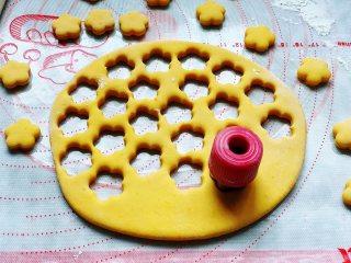 香煎南瓜小馒头,用饼干模具压出卡通图案,没有模具,用矿泉水瓶盖也可以的。