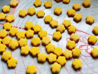 香煎南瓜小馒头,依次将所有面团压好花形。
