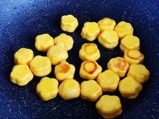 香煎南瓜小馒头,底部煎黄后,再翻面煎制,煎至两面金黄,馒头熟透即可出锅。煎好的小馒头是鼓起的,用手指轻按一下有弹性,不凹陷就是熟了。
