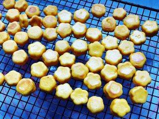 香煎南瓜小馒头,如果没有及时吃完,冷却后放保鲜袋里保存。
