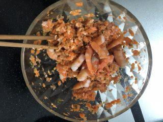 水晶虾饺,用筷子按一个方向搅拌馅料,多搅拌一会,搅拌均匀后加入虾段。