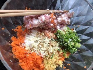 水晶虾饺,剁碎的虾沫里加入猪肉末,胡萝卜碎,姜末和葱花,放入盐,糖,生抽,香油,鸡精,料酒等。