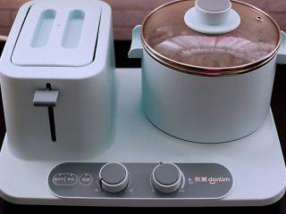 黄瓜虾仁什锦肉丸面,东菱早餐机的汤锅倒入适量的清水烧开后。
