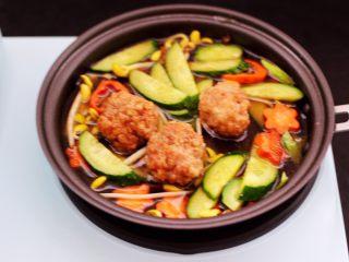 黄瓜虾仁什锦肉丸面,这个时候锅中倒入适量的清水。