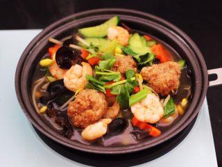 黄瓜虾仁什锦肉丸面,大火再煮1分钟即可关火,撒上香菜段即可,做好的卤盛出备用。