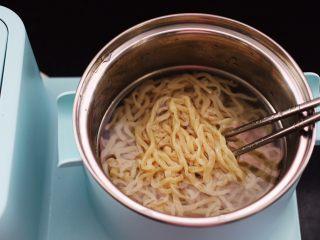黄瓜虾仁什锦肉丸面,放入手擀面煮熟,木有手擀面用挂面也可以代替。