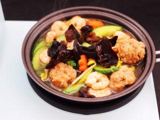黄瓜虾仁什锦肉丸面,加入提前泡发好的木耳。