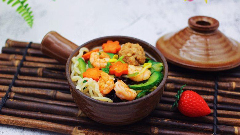 黄瓜虾仁什锦肉丸面,好吃到停不下来。