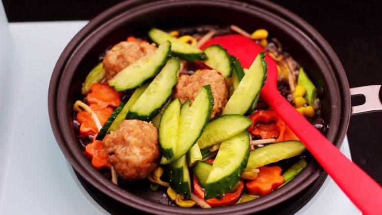 黄瓜虾仁什锦肉丸面,加入黄瓜薄片继续翻炒片刻。