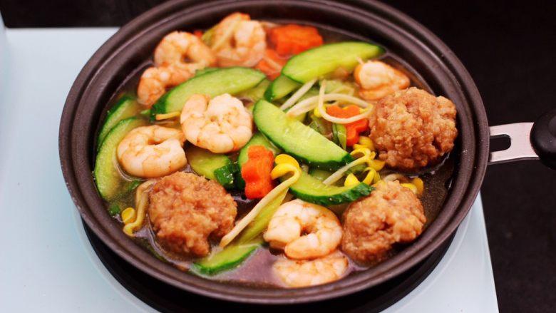 黄瓜虾仁什锦肉丸面,盖上锅盖大火烧开后小火炖煮5分钟左右。