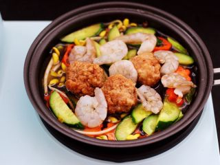黄瓜虾仁什锦肉丸面,放入提前洗净的虾仁。