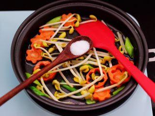 黄瓜虾仁什锦肉丸面,看见胡萝卜和黄豆芽断生变软的时候,加入适量的盐调味。