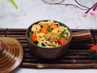 黄瓜虾仁什锦肉丸面,老公吃了两碗没吃够。