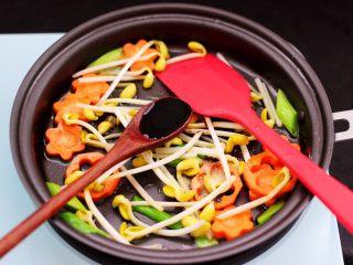 黄瓜虾仁什锦肉丸面,再加入生抽和鸡精调味调色。