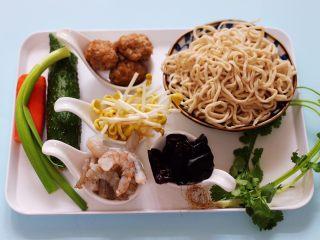 黄瓜虾仁什锦肉丸面,首先备齐所有的食材,木耳提前浸泡一会儿。
