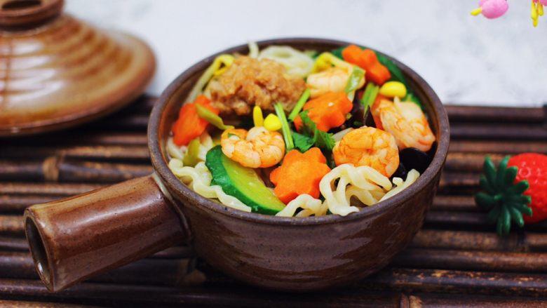 黄瓜虾仁什锦肉丸面,面条上面浇上做好的卤菜即可享用了。