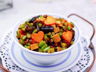 肉末豆干炒蒜苔,啦啦啦,超级无敌的下饭菜就出锅咯。