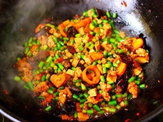 肉末豆干炒蒜苔,大火继续翻炒1分钟左右的时候。