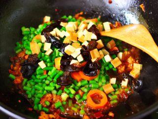 肉末豆干炒蒜苔,再加入豆干和木耳。
