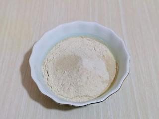 全麦熔岩芝士面包,首先将全麦粉牛奶,酵母粉加入器具中。