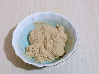 全麦熔岩芝士面包,搅拌均匀,盖上盖子,放入冰箱冷藏室发酵一夜。(这个季节如果房间没有取暖放室温也可以)