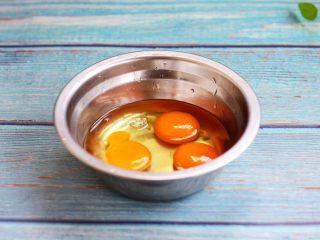 雪虾鸡蛋饼 (宝宝补钙佳品),往容器里磕入3个鸡蛋。