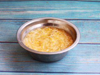 雪虾鸡蛋饼 (宝宝补钙佳品),搅打均匀。