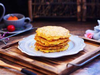 雪虾鸡蛋饼 (宝宝补钙佳品),雪虾鸡蛋饼鲜香味美,与主食搭配非常很适合早餐食用。 还可以蘸自己喜欢的酱料吃。