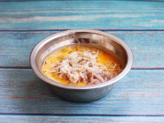 雪虾鸡蛋饼 (宝宝补钙佳品),放入沥干水分的雪虾。