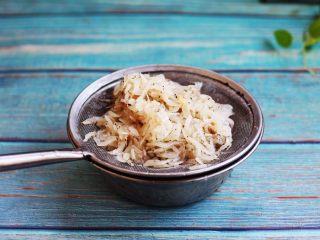 雪虾鸡蛋饼 (宝宝补钙佳品),沥干水分备用。