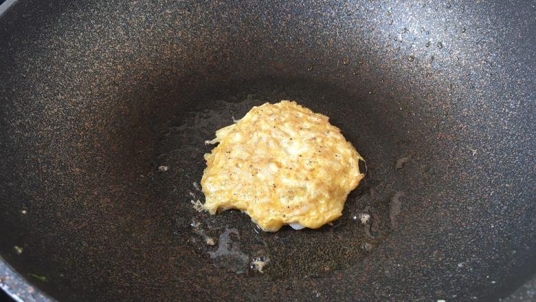 雪虾鸡蛋饼 (宝宝补钙佳品),旺火置锅,锅烧热,放入1小勺的食用油,用油把锅润一下,放入1大汤勺的雪虾鸡蛋液。