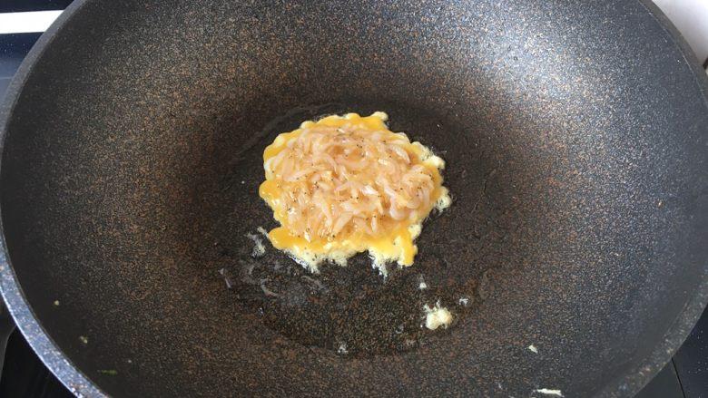 雪虾鸡蛋饼 (宝宝补钙佳品),中小火将两面都煎成金黄色即可。