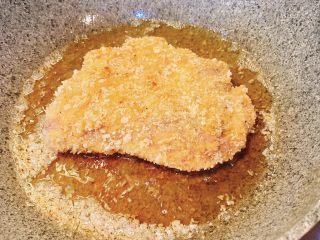 日式炸猪排,炸至双面金黄出锅,大约15-20分钟,中途可用牙签插入测试肉是否熟了