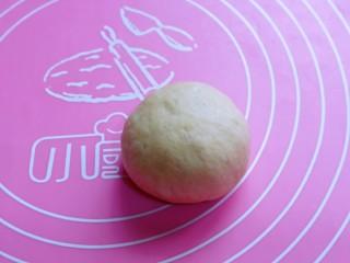 全麦熔岩芝士面包,如包子手法包起来,捏紧,收口朝下。