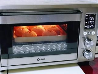 全麦熔岩芝士面包,将烤盘入烤箱中层,上下管170度烤25分钟,注意观察上色情况,我约烤了10分钟时加盖了锡纸。(烤箱温度及时间仅供参考)