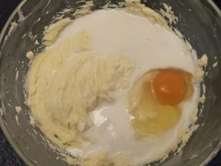 纽约芝士蛋糕,再加入一颗鸡蛋。 低速打发。