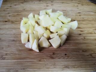 红酒土豆炖牛腩,土豆切块