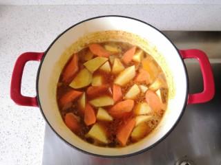 红酒土豆炖牛腩,加入土豆和胡萝卜。