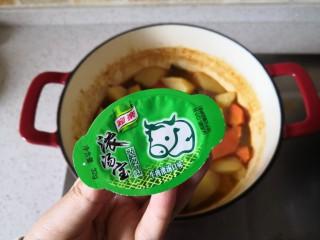 红酒土豆炖牛腩,在加入一个家乐牛肉浓汤宝。