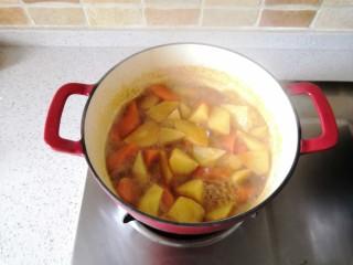 红酒土豆炖牛腩,继续煮15分钟收汁即可。