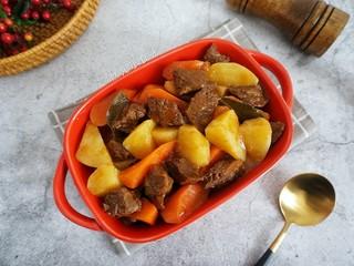 红酒土豆炖牛腩,美味香浓的红酒土豆牛腩制作完成。