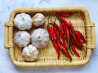 秘制蒜蓉酱,首先准备好所有需要的食材,大蒜头掰成小瓣,小米椒用水洗净后晾干,或者用厨房纸巾擦干水分。