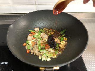 干锅菜花,根据个人口味加入老干妈辣酱,我放1勺,翻炒均匀