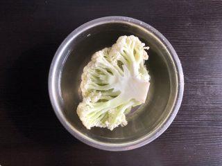 干锅菜花,水中加入1勺盐,将菜花浸泡20分钟