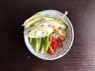 干锅菜花,葱,杭椒,朝天椒切段,蒜切丝,猪肉切片备用