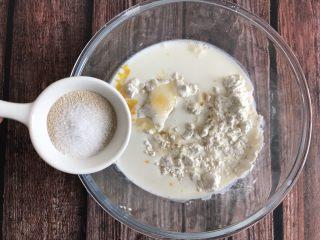 草莓奶油面包,最后加入酵母和盐,搅拌均匀,揉成面团