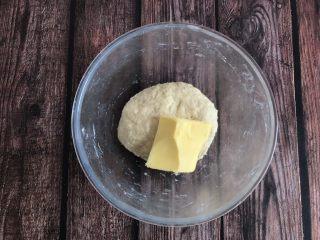 草莓奶油面包,揉好的面团中加入黄油,继续揉面