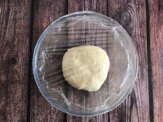 草莓奶油面包,揉成手套膜即可,盖上保鲜膜发酵一小时左右