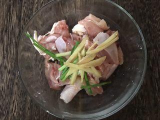 咖喱鸡肉土豆焗饭,加入葱姜丝